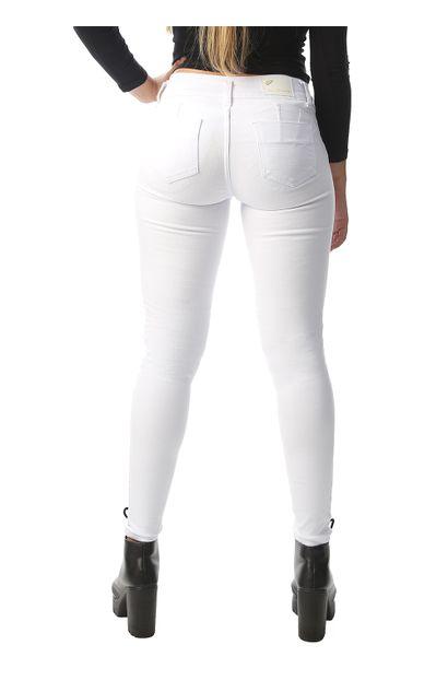 calca-sarja-branca-feminina-modela